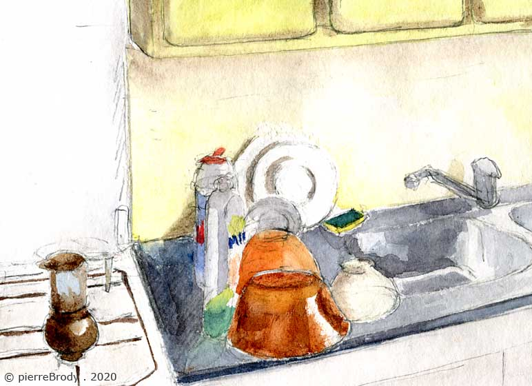 De la vaisselle sur l'évier